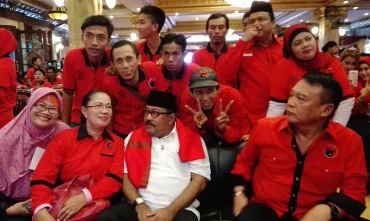 Calon Gubernur Banten Rano Karno terlihat berfoto bareng dengan kader dan simpatisan PDIP. (Foto: TitikNOL)