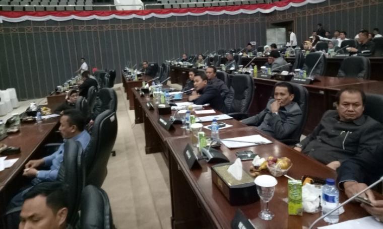 Anggota DPRD Banten dari Fraksi Partai Gerindra Ade Hidayat (tengah) saat menyampaikan protes di rapat paripurna DPRD Banten. (Foto: TitikNOL)
