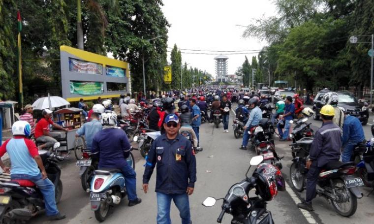 Ribuan buruh se-Kota Cilegon bergerak menuju KP3B untuk menggelar aksi unjuk rasa. (Foto: TitikNOL)