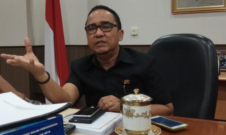 Ketua DPRD Banten Asep Rahmatullah memberikan keterangan saat ditemui di ruangannya. (Foto: TitikNOL)
