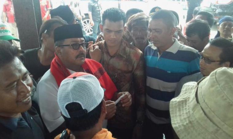 Calon Gubernur Banten nomor urut 2 Rano Karno, saat berbincang dengan sejumlah nelayan di Kronjo, Kabupaten Tangerang. (Foto: TitikNOL)