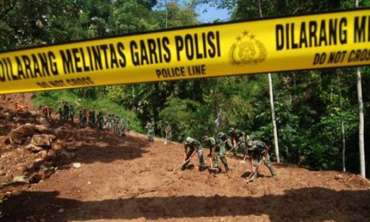 Foto ilustrasi sejumlah TNI tengah membersihkan material tanah longsor. (Dok: mediariau)