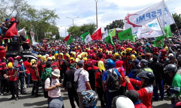 Ribuan buruh se-Provinsi Banten memblokir akses jalan menuju Kawasan Industrial Estate Cilegon, Merak dan Gerbang Tol Cilegon Barat. (Foto: TitikNOL)