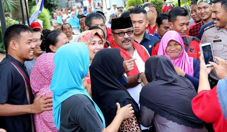Calon Gubernur Banten Rano Karno dikerumuni warga saat melakukan kunjungan ke Kecamatan Kronjo, Kabupaten Tangerang. (Foto: TitikNOL)
