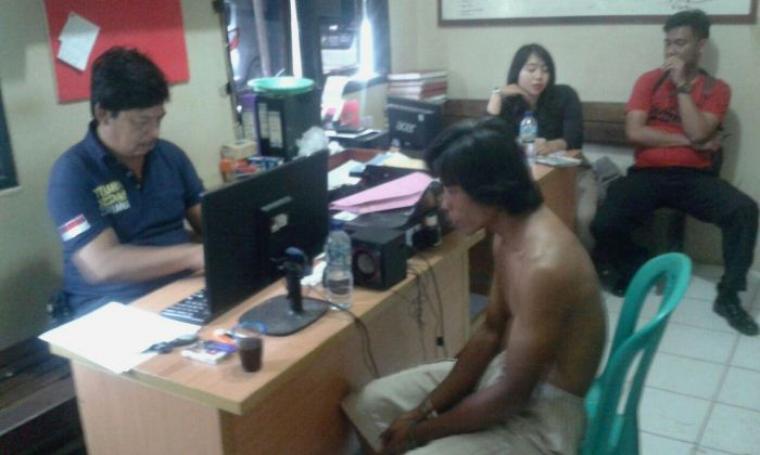 Pelaku saat diperiksa di Polsek Maja untuk dimintai keterangannya. (Foto: TitikNOL)