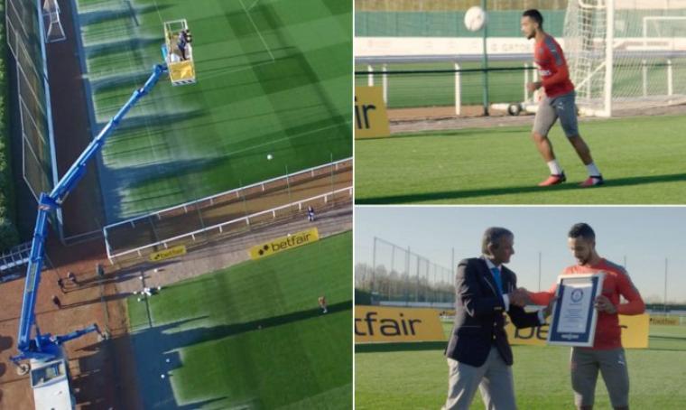 Theo Walcott raih penghargaan Guinness World Record setelah berhasil melakukan tantangan dengan mengontrol bola dari ketinggian 34 meter. (Dok: guinnessworldrecords)
