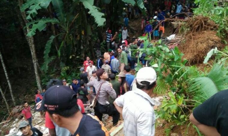 Ratusan warga tengah melakukan pencarian korban tertimpa puing bangunan rumah akibat tertimbun tanah longsor. (Foto: Ist)