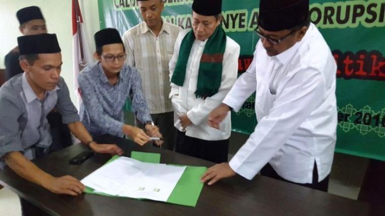 Pasangan Rano-Karno-Embay Mulya Syarif, saat menandatangani Pakta Integritas Antikorupsi di PWNU Banten. (Foto:Ist)