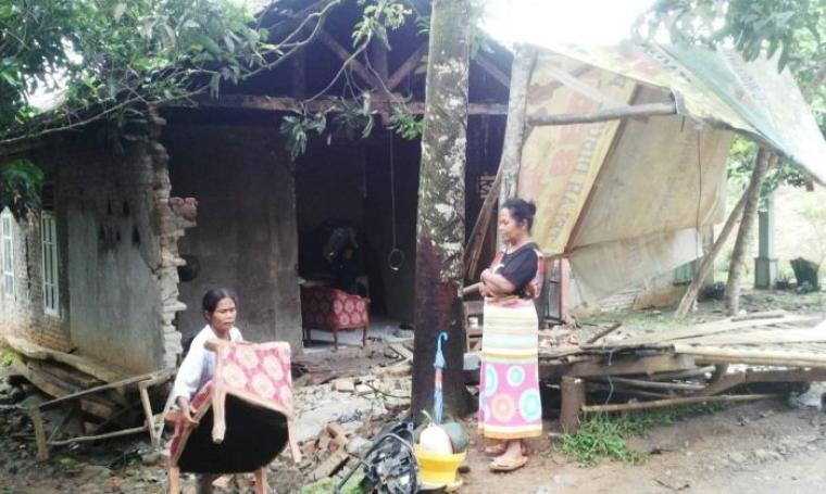 Kondisi rumah warga Kampung Lebuh, Desa Sangiang Jaya, Kecamatan Cimarga, Kabupaten Lebak yang rusak pasca diterpa angin puting beliung. (Foto: TitikNOL)