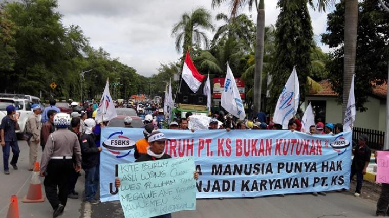 Ratusan buruh outsourcing PT Krakatau Steel lakukan longmarch ke kantor Wali Kota Cilegon. (Foto:TitikNOL)