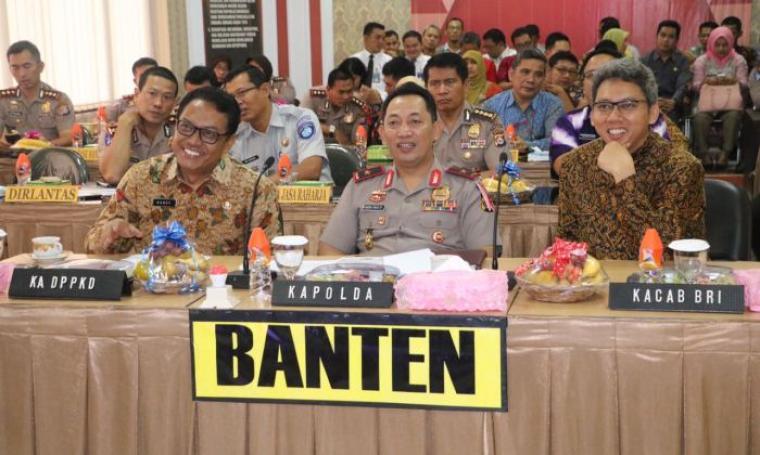 Kapolda Banten Brigjen Listyo Sigit Prabowo saat menyaksikan Video Conference sambutan Kapolri yang dilaksanakan di ruang vicon Polda Banten. (Foto: TitiKNOL)