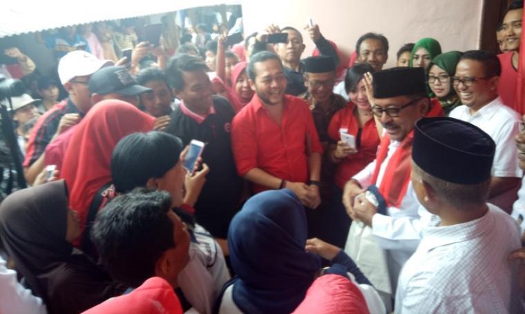 Calon Gubernur Banten Rano Karno disambut antusias oleh ratusan warga Kampung Kebon Jahe, Kota Serang, Sabtu (3/12/2016. (Foto: TitikNOL)