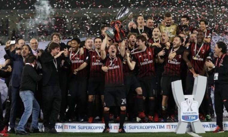 Klub AC Milan saat mengangkat Piala Supercoppa. (Dok: Jambiupdate)