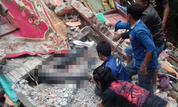 Sejumlah warga tengah berusaha mengevakuasi korban tertimbun reruntuhan bangunan rumah. (Foto: Ist)