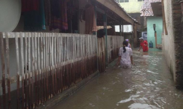 Kondisi pemukiman warga di lingkungan Rokal, Kelurahan Jombang Wetan, Kecamatan Jombang, Kota Cilegon yang terendam banjir. (Foto: TitikNOL)