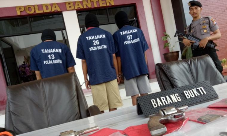 Ditres Krimum Polda Banten saat ekspos komplotan pelaku pencuri kendaraan bermotor bersama barang bukti berupa senjata api di Mapolda Banten, Kamis (8/12/2016). (Foto: TitikNOL)