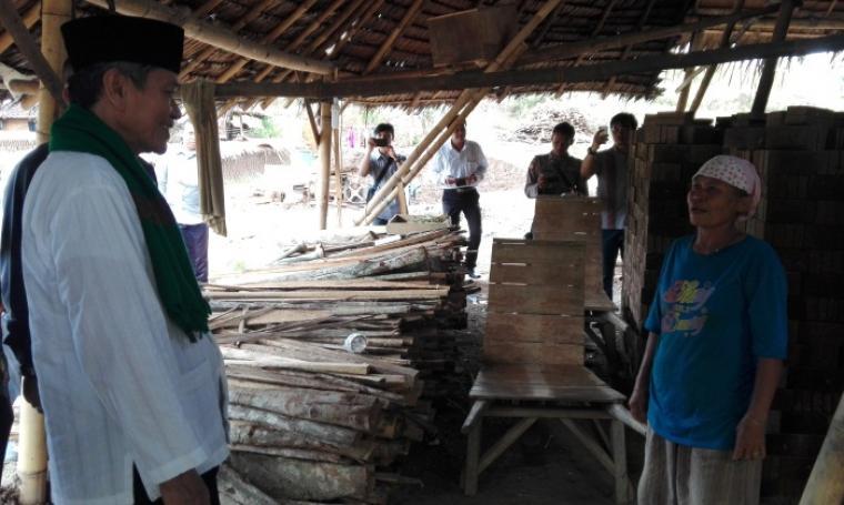 Calon Wakil Gubernur Banten Embay Mulya Syarief saat mengunjungi peraji batu batu di Lingkungan Bentola,Kelurahan Bulakan,Kecamatan Cibeber,Kota Cilegon. (Foto: TitikNOL)