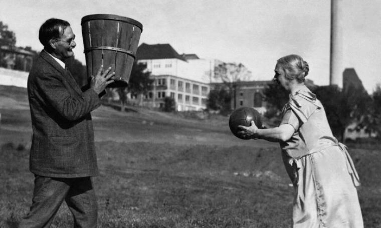 Awal mula Dr. James Naismith memainkan permainan bola basket. (Dok: nytimes)
