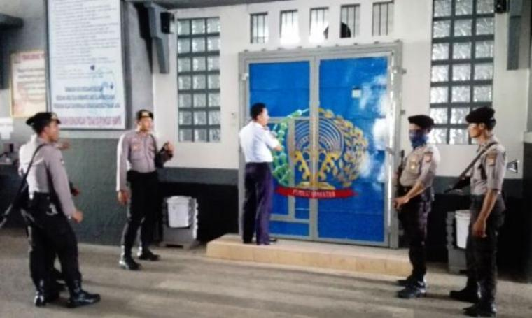 Sejumlah petugas dari Polres Cilegon terlihat berjaga di pintu masuk Lapas Kelas III Cilegon. (Foto: TitikNOL)