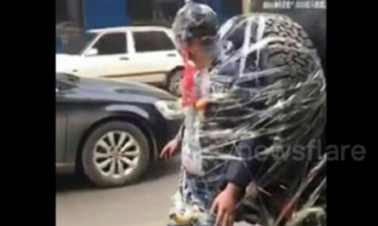 Pengantin Pria asal China saat diikat dibelakang mobil. (Dok: Goriau)