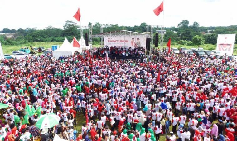 Ribuan pendukung dan simpatisan Rano Karno-Embay Mulya Syarief nampak memadati acara rapat umum yang bertempat di lapangan Boru, Kecamatan Curug, Kota Serang Minggu (8/1/2017). (Foto: TitikNOL)