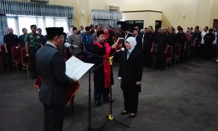 Wali Kota Cilegon Iman Ariyadi saat melantik Sari Suryati Sebagai Sekda di Aula II Setda Kota Cilegon. (Foto: TitikNOL)