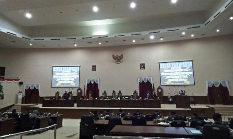 Suasana penyampaian laporan hasil reses DPRD Banten masa sidang satu tahun 2016-2017 dalam rapat Paripurna di Gedung DPRD Banten, Senin (16/1/2017). (Foto: TitikNOL)