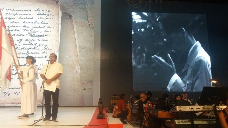 Rano Karno saat melakukan latihan persiapan untuk membacakan Dedication of Life yang dituliskan Bung Karno pada 1966. (Foto: TitikNOL)