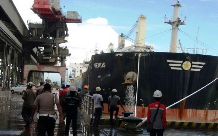 Sejumlah petugas kepolisian dan karyawan sedang melihat kapal Venus yang sandar di dermaga milik PT Cemindo Gemilang. (Foto: TitikNOL)