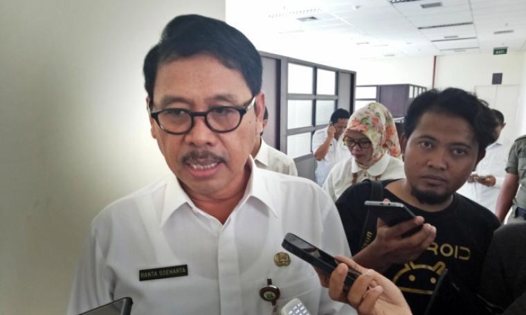 Sekda Banten Ranta Soeharta memberikan keterangan kepada awak media saat ditemui di Kawasan Pusat Pemerintah Provinsi Banten (KP3B), Curug, Kota Serang, Rabu (4/1/2016). (Foto: TitikNOL)
