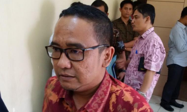 Ketua DPRD Banten Asep Rahmatullah memberikan keterangan saat ditemui usai rapat finalisasi pembahasan hasil evaluasi APBD 2017, di Gedung Serba Guna, DPRD Banten, Kamis (5/1/2017). (Foto: TitikNOL)