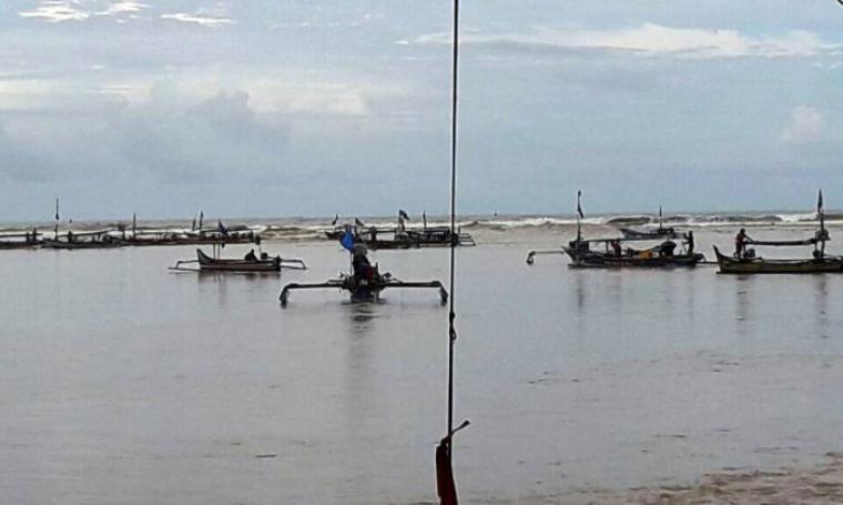 Puluhan nelayan yang tergabung di HNB saat menggelar aksi menambatkan puluhan perahu di area dermaga milik PT Cemindo Gemilang. (Foto: TitikNOL)