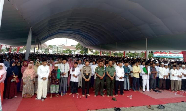 Ratusan santri bersama elemen masyarakat saat menghadiri peringatan hari lahir Nahdlatul Ulama yang ke-91 di Alun-alun barat Kota Serang, Selasa (31/1/2017). (Foto: TitikNOL)