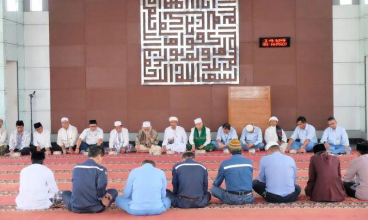 Suasana istighosah dan doa bersama dengan para ulama Banten di Masjid Al Ukhuwwah. (Foto: TitikNOL)