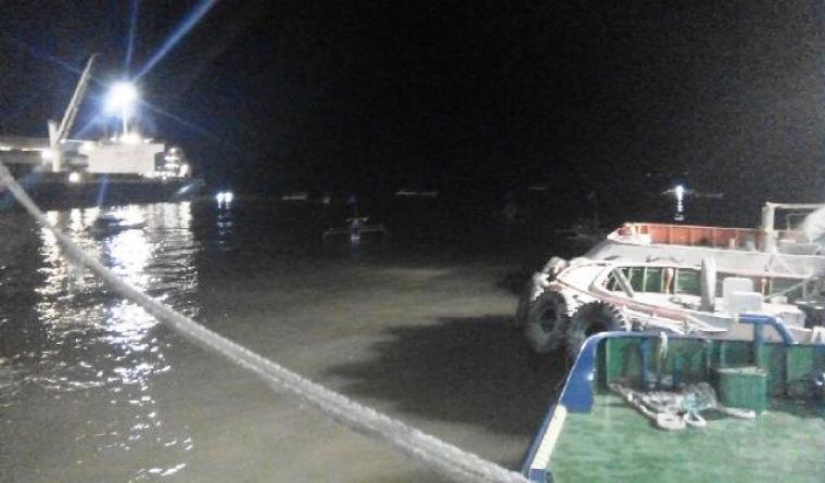 Beberapa perahu terlihat tertambat di tengah area dermaga milik PT Cemindo Gemilang. Gambar ini diambil malam tadi. Aksi protes nelayan pun masih berlangsung hingga saat ini. (Foto:TitikNOL)