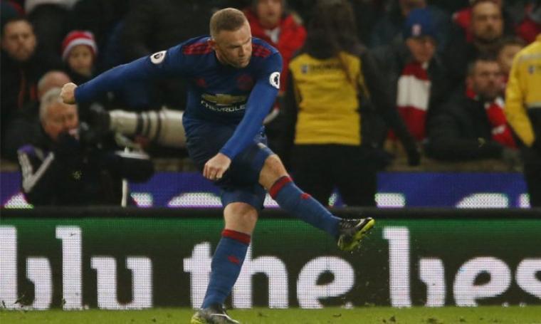Wayne Rooney saat mengeksekusi tendangan bebas ke gawang Stoke City. (Dok: bola)