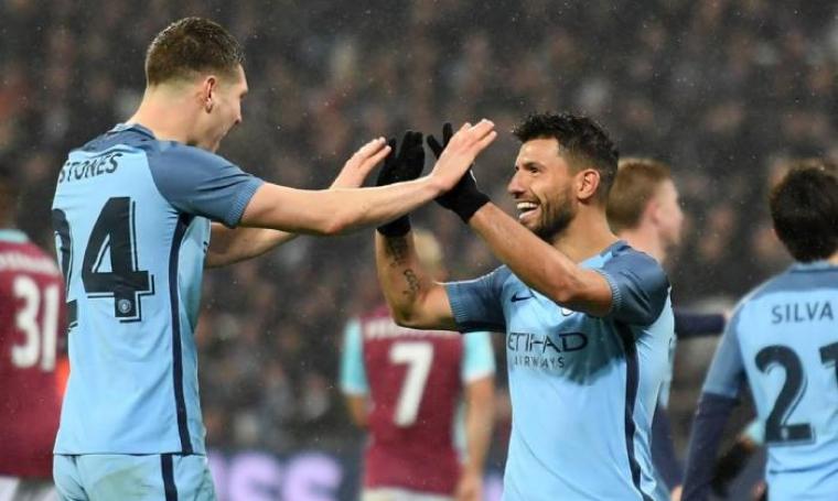 Selebrasi kedua pemain manchester city usai mencetak gol. (Dok: Goalcostbulletin)