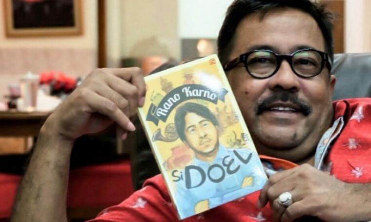 Rano Karno saat menunjukan buku biografinya yang diberi judul Si Doel. (Dok: kinantikitty)