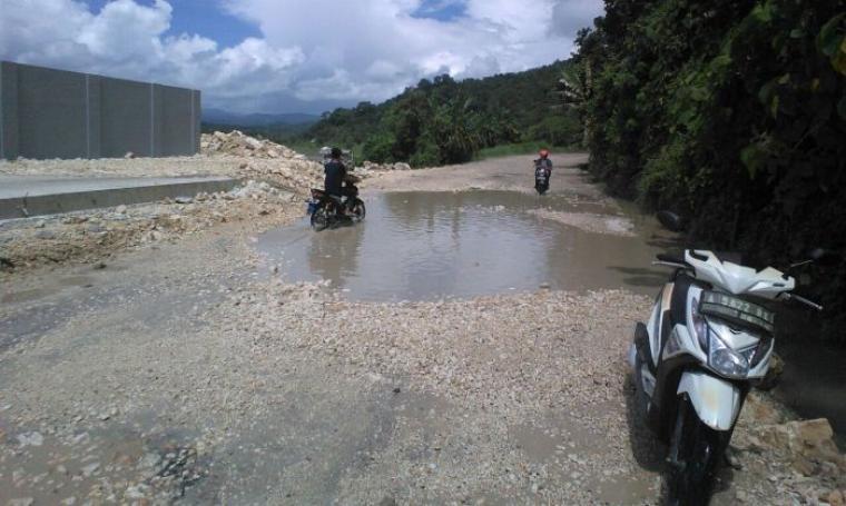 Kondisi jalan rusak tergenang air yang berada di ruas jalan Bayah-Pamubulan. (Foto: TitikNOL)