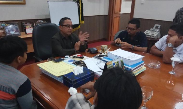 Ketua DPRD Banten Asep Rahmatullah memberikan keterangan terkait usul dan pengumuman pemberhentian Rano Karno sebagai Gubernur Banten, di ruang kerjanya, Selasa (3/1/2017). (Foto: TitikNOL)