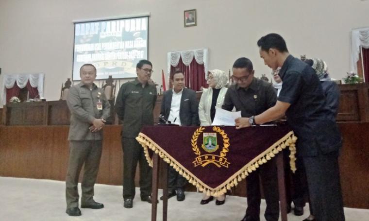 Penandatanganan surat usulan pemberhentian Gubernur Banten Rano Karno di DPRD Banten, Selasa (3/1/2017). (Foto: TitikNOL)