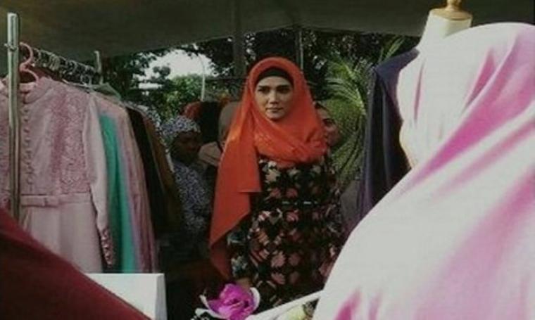 Mulan Jameela saat menghadiri acara pembukaan Bazar 212 di Masjid Mekar Indah Cikarang Utara. (Dok: tribunnews)