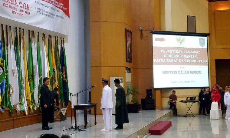 Mendagri Tjahyo Kumolo saat melantik Nata Irawan sebagai Penjabat (Pj) Gubernur Banten, di Kantor Kemendagri, Jalan Merdeka Barat, Jakarta, Senin (30/1/2017).