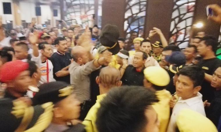 Suasana kericuhan antar pendukung WH-Andika dan Rano Karno-Embay Mulya Syarif di Lobby Hotel The Royale Krakatau Cilegon. (Foto: TitikNOL)