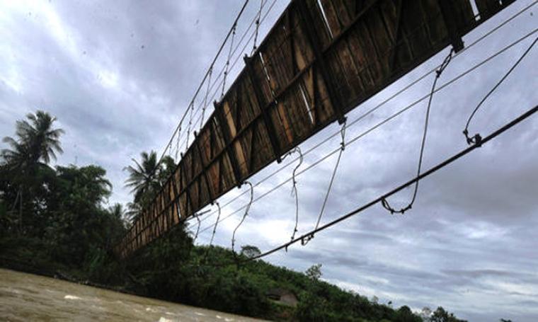 Ilustrasi jembatan gantung rusak. (Dok: merdeka)