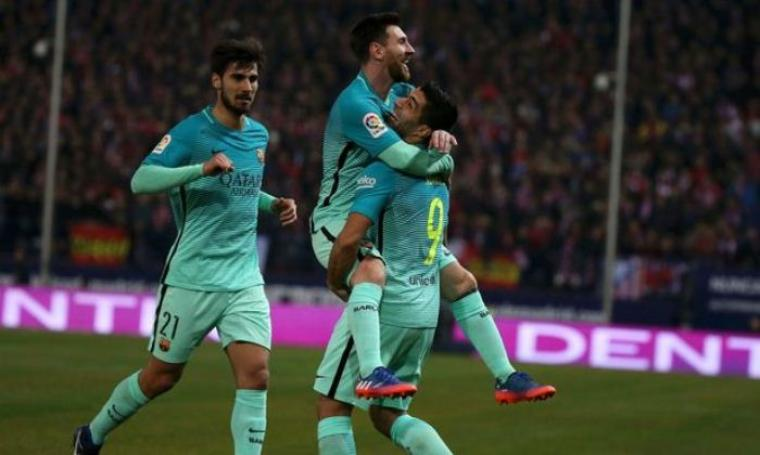Selebrasi Lionel Messi yang diangkat Luis Suarez usai mencetak gol kedua bagi Barcelona. (Dok: mirror)