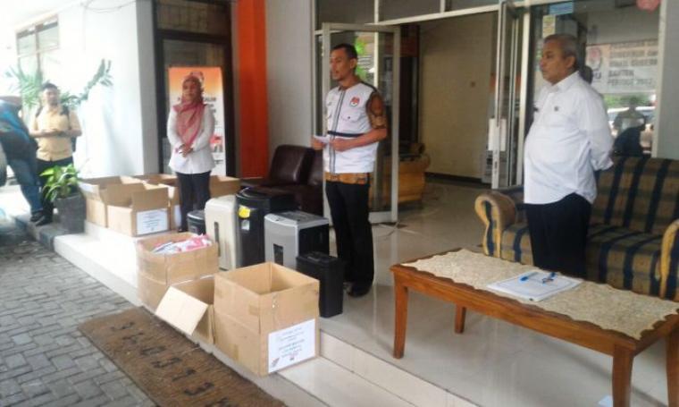 Sebanyak 31.216 surat suara rusak dimusnahkan KPU Kota Tangerang di kantornya, Jl Nyimas Melati, Selasa (14/2/2017). (Foto: TitikNOL)