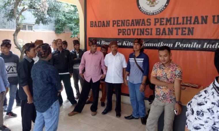 Puluhan masyarakat Kasepuhan Banten Kidul, Lebak Selatan datangi Kantor Bawaslu Banten untuk meminta seluruh kecurangan pemilu yang terjadi ditindak tegas dan dilakukan PSU. (Foto: TitikNOL)