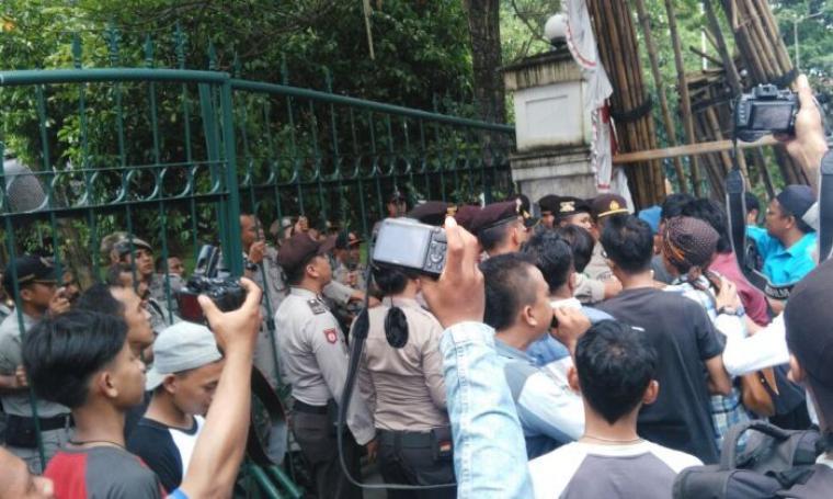 Pendemo dan petugas Pol PP Lebak nyaris bentrok saat pendemo memaksa masuk ke kantor bupati Lebak. (Foto: TitikNOL)