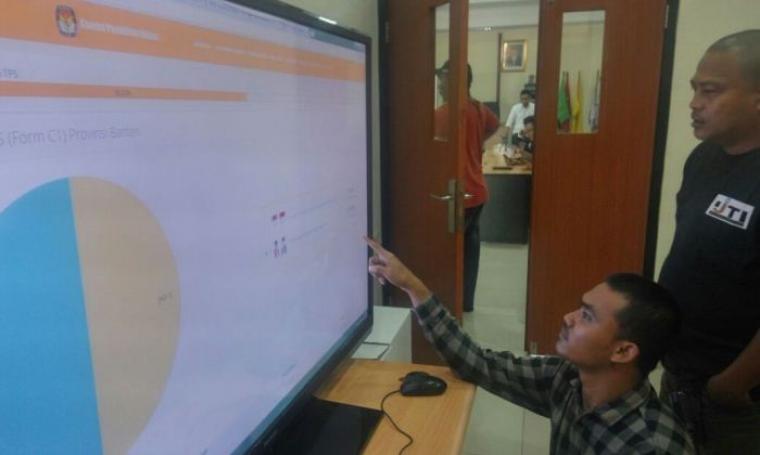 Sejumlah awak media memantau hasil real count yang dilakukan KPU Banten. (Foto: TitikNOL)